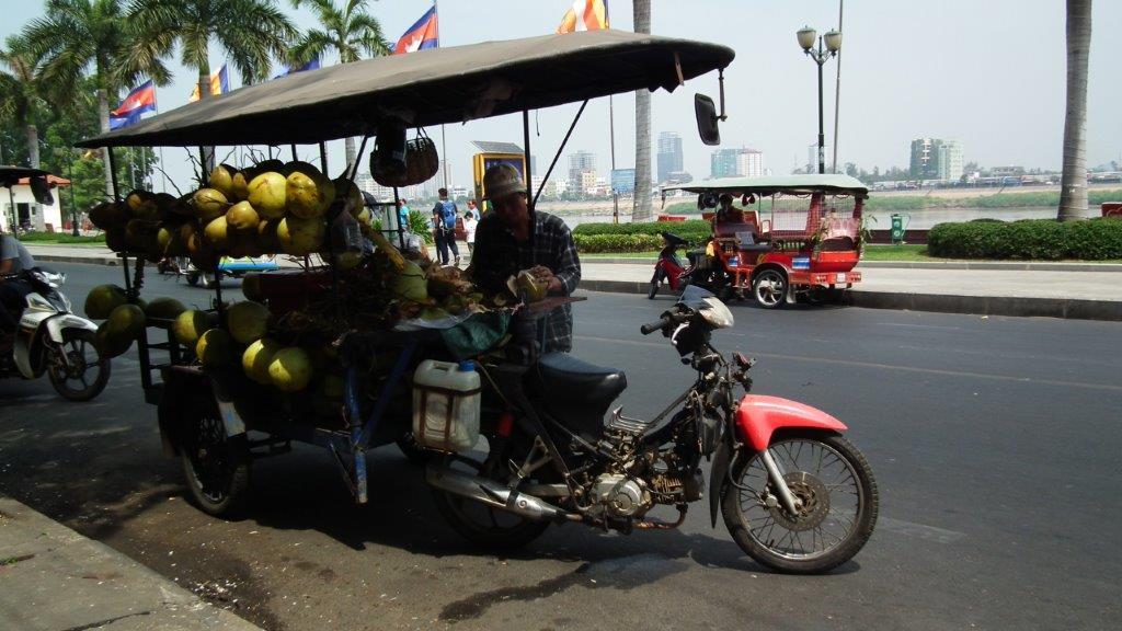 Vendeur de coconut avec son tuk tuk