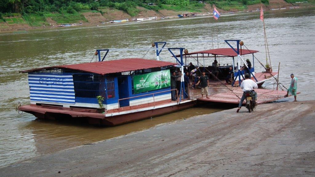 Barge pour traverser le Mékong