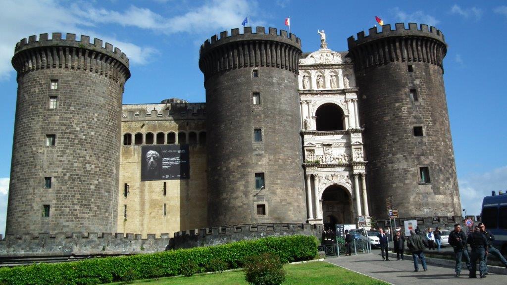 Le port de Naples a toujours connu et connaît encore une intense activité. C'est à la fois un port de marchandise très important. Un port de croisiéristes
