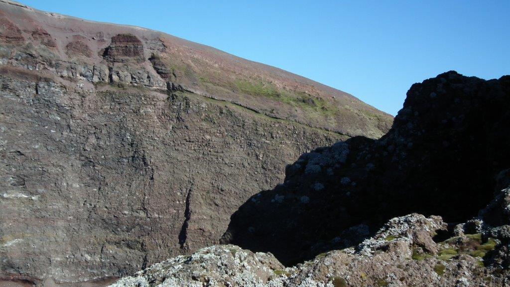 Ce cratère est cependant bouché : le magma se trouve à une dizaine de kilomètres en dessous. En effet, s'il n'est actuellement plus en éruption, il reste en activité : les secousses telluriques sont importantes (plus de 700 par an) et des fumerolles continuent à relâcher des gaz. Il est donc sous surveillance constante10.